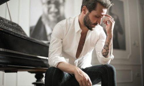 homme-concentré-piano-mieux-travailler-la-musique