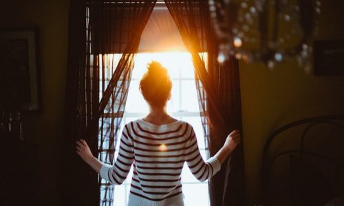 photo-femme-lumière-espoir-souhait-vaincre-le-trac