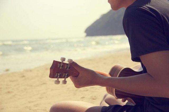 photo-plage-musicien-guitare-travailler-efficacement-son-instrument