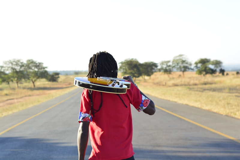 photo-route-musicien-qui-marcheguitare-travailler-efficacement-son-instrument