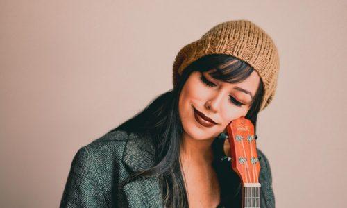 femme-rêvant-sur violon-non-concentré