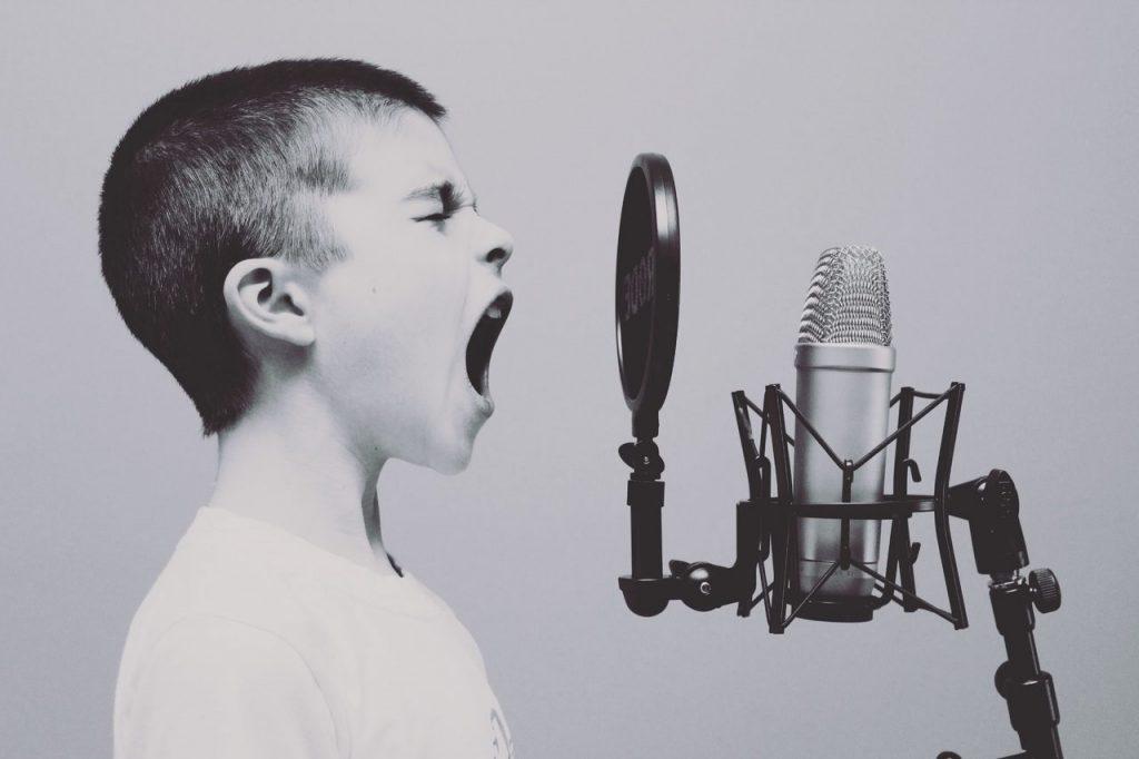 enfant-qui-hurle-dans-un-micro