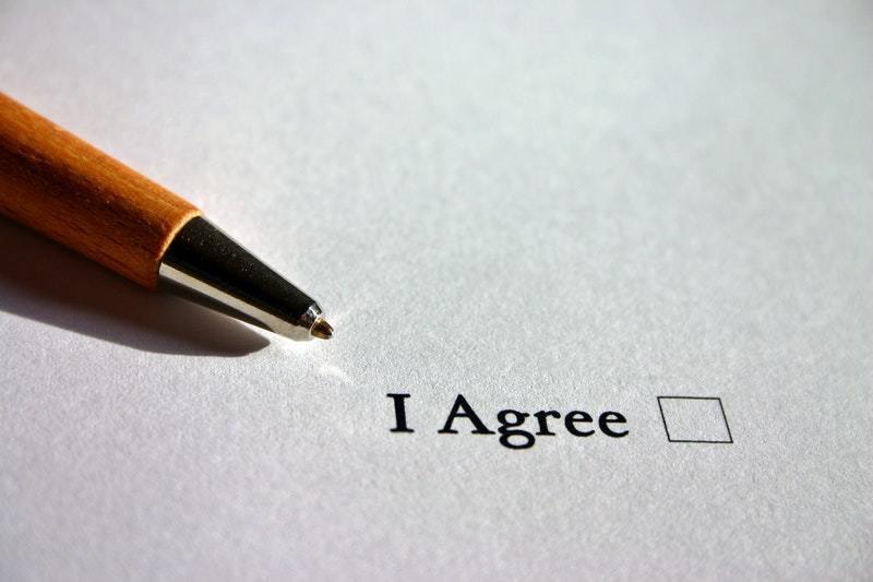 stylo-qui-va-cocher-une-case-accepte-dans-contrat