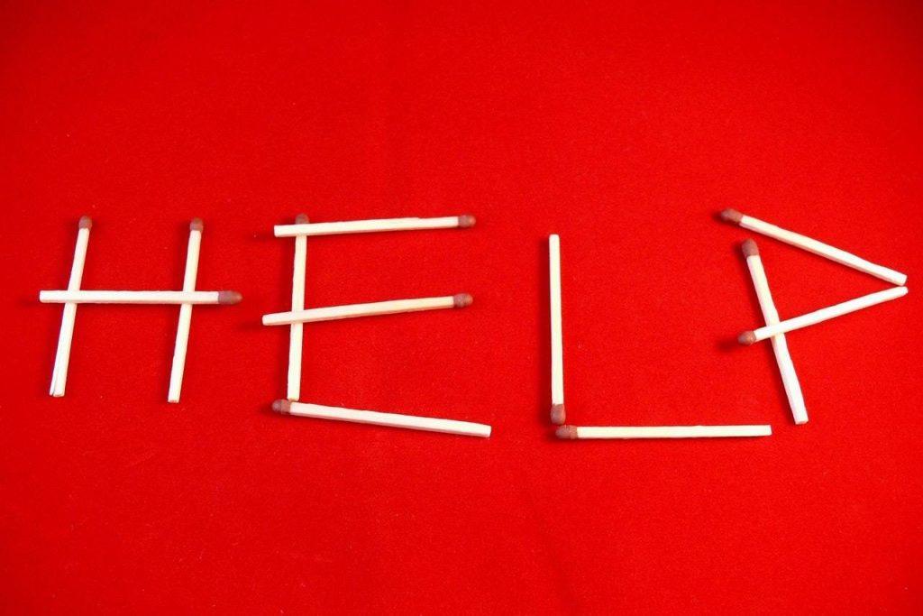 Help-ecrit-avec-allumettes-sur-fond-rouge
