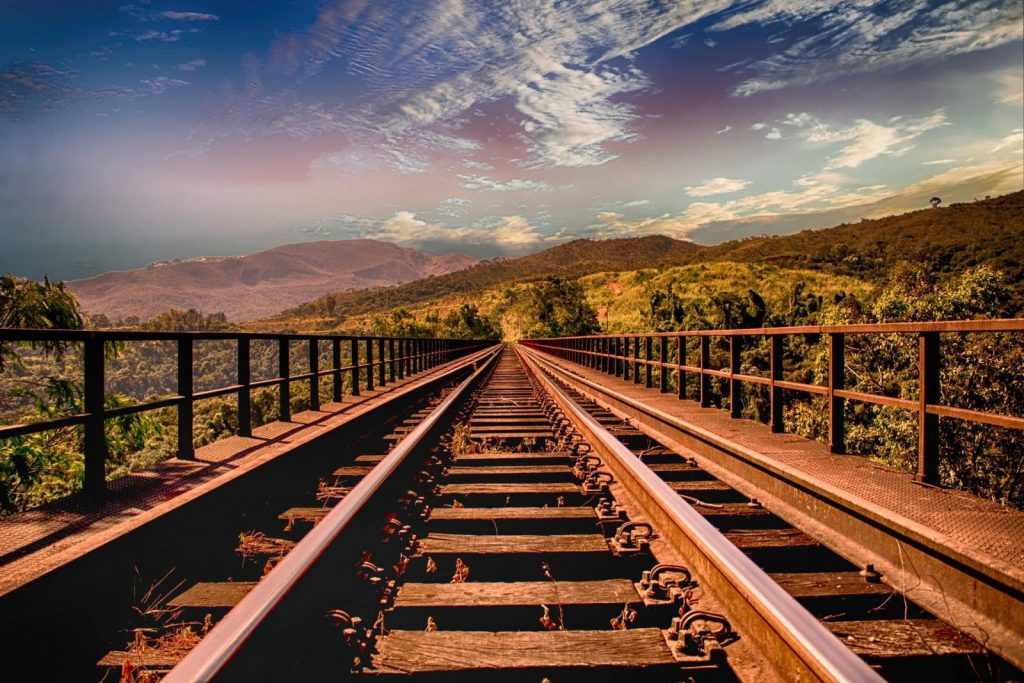 rail-plongeant-dans-horizon-focus-concentration